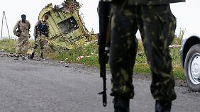 Rebellen mit Finger nah am Abzug: MH17-Absturzstelle bietet ein Bild des Entsetzens