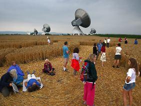 Skeptiker, Schaulustige, esoterisch beseelte Besucher: Der Kornkreis zieht sie alle magisch an.