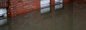 Starke Gewitter mit viel Regen führen zu Wasserschäden. Diese sollten die Hausbesitzer vor dem Aufräumen dokumentieren.