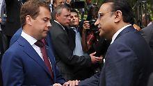 Medwedew bittet Pakistans Präsident Zardari um Hilfe bei der Suche nach den Terroristen.