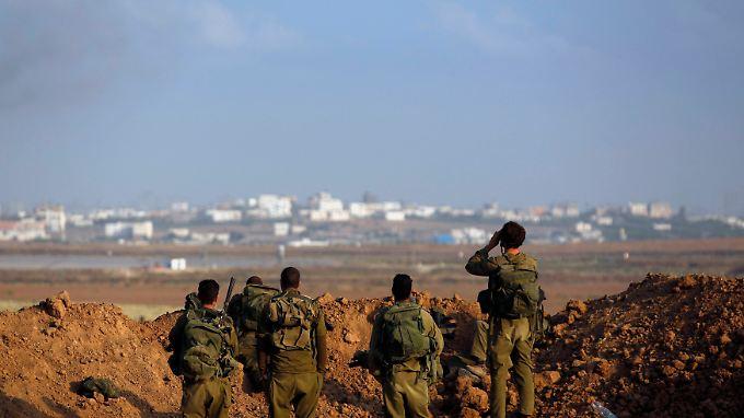 Aus Israel blicken Soldaten der israelischen Armee nach Gaza.