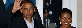 Obama verlässt zusammen mit seiner Frau ein Restaurant auf Martha's Vineyard.