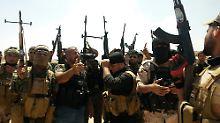 Kurdische Peschmerga-Soldaten und schiitische Freiwillige stellen sich nordöstlich von Bagdad der IS entgegen.