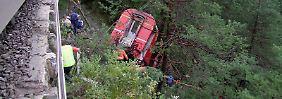 Hängepartie in den Schweizer Alpen: Erdrutsch reißt Zug von den Schienen