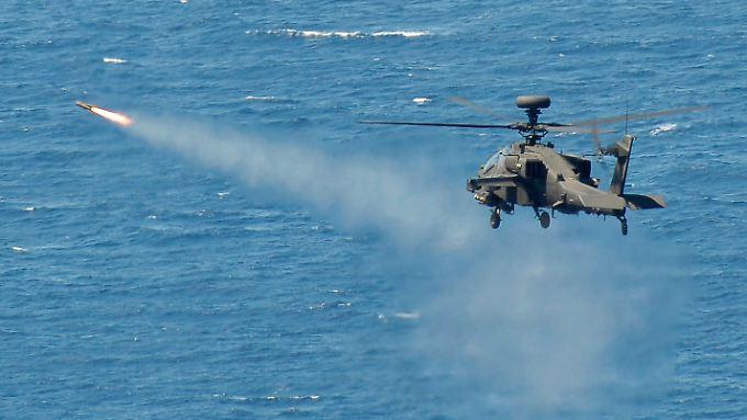 Ein Hubschrauber feuert eine Hellfire-Rakte während einer Übung ab.