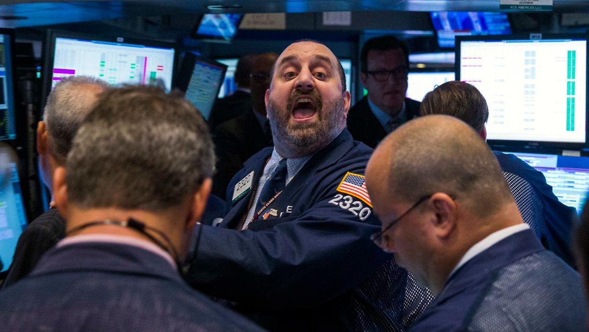Der Unterschied zwischen Börsen und Over-the-Counter-Märkten besteht darin, dass Käufer und Verkäufer sich an einem zentralen Ort treffen, um Geschäfte abzuwickeln, und Käufer und Verkäufer an einem anderen Ort, die bereit sind, über die Börse zu kaufen oder zu verkaufen gegen jemanden, der kommt und bereit ist, den Preis zu zahlen.