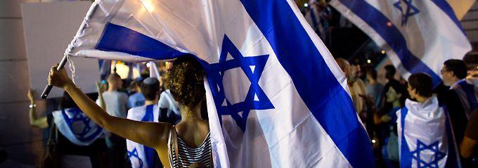 Demonstranten in Tel Aviv: Das militärische Vorgehen ist auch innerhalb Israels umstritten. Ein dauerhafter Frieden wäre für die wirtschaftliche Entwicklung auf beiden Seiten wohl die bessere Wahl.