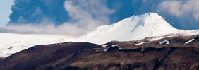 Der Vulkan Eyjafjallajökull speit im April 2011 Rauch und Asche und bringt damit den Luftverkehr in großen Teilen Europas zum Erliegen.