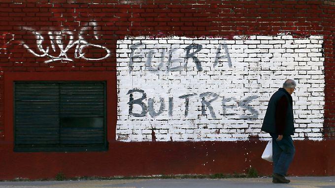 """""""Verschwindet, Aasgeier"""", steht an dieser Wand in Buenos Aires. Gemeint sind die US-Hedgefonds."""