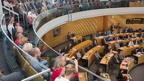 Angehörige und Opfer verfolgen ein Erfurt die Debatte zum Thüringer NSU-Bericht.