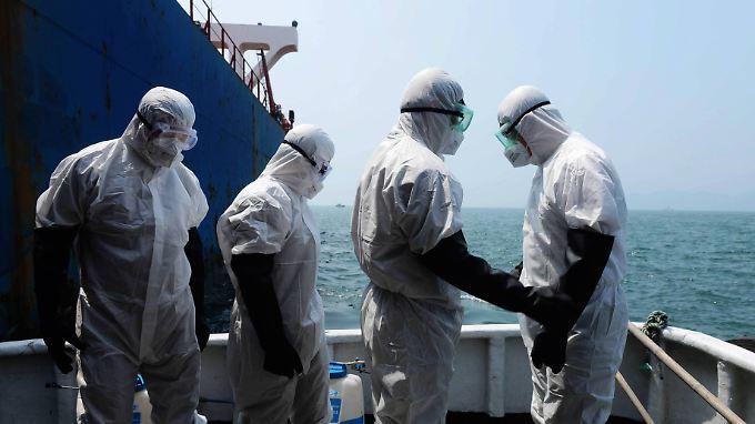 Angst vor Ebola: In der chinesischen Hafenstadt Tsingtao wird ein Frachtschiff überprüft, das aus Westafrika kommt.
