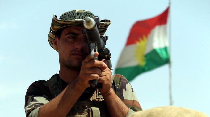 Ein Peshmerga-Kämpfer bezieht Stellung in Makhmur. Deutschland liefert erstmals Waffen in ein Kriegsgebiet.