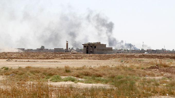 Rauch steigt über Sulaiman Bek, nahe Amerli, auf.