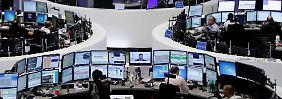 Nachrichten schauen und auf die Kurse achten: Ist das noch ein Rücksetzer oder droht Dax-Anlegern Schlimmeres?