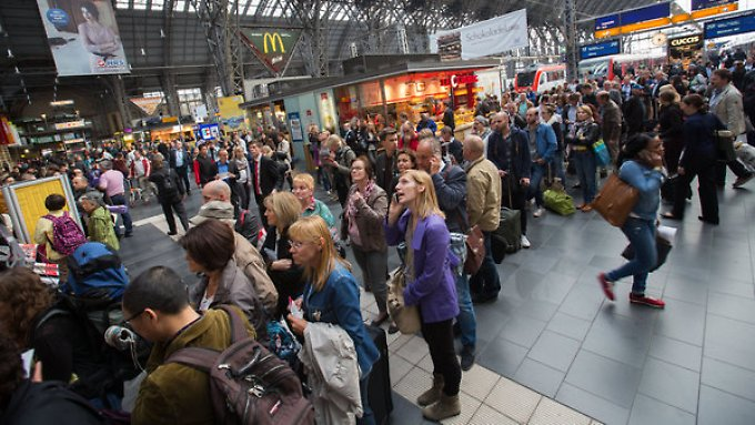 Reisende in Frankfurt informieren sich über noch mögliche Verbindungen.