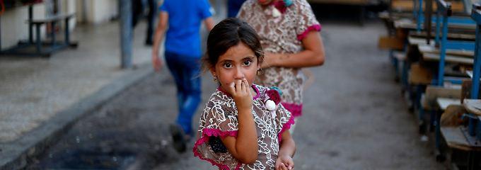 Ein Mädchen, das aus dem nordirakischen Mossul vertrieben wurde, auf einer Straße in Bagdad.