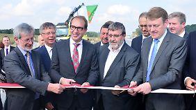 Verkehrsminister Dobrindt (3.v.l.) bei der Eröffnung der A9 in Triptis.
