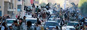 """Kämpfer der Terrormiliz """"Islamischer Staat"""" im syrischen Raqqa."""