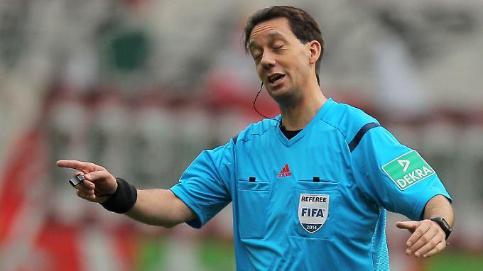 Nix gehört: Schiedsrichter Manuel Gräfe in Frankfurt.