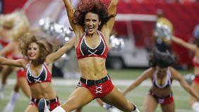 Die Cheerleader fordern Geld für viele unbezahlte Arbeitsstunden.