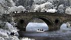 Weswegen die Schotten auch nicht früh genug anfangen können, sie aus dem Wasser zu holen, wie hier unter einer Brücke über den Tay in der Nähe von Kenmore. Eröffnung der Lachssaison ist traditionell Mitte Januar.