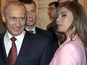"""Die 30 Jahre jüngere Sportlerin, hier bei einem Empfang mit dem russischen Präsidenten im Jahr 2004, war bis vor Kurzem in Putins Partei """"Einiges Russland"""" aktiv."""