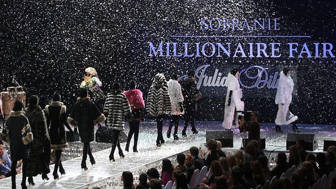 """Millionärs-Messe in Moskau 2009: Die Zahl der Menschen, die mindestens """"Tausend-Millionen"""" besitzen, wächst stetig."""