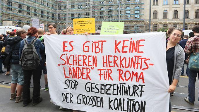 Demonstranten protestieren gegen die Verschärfung des Asylgesetz.