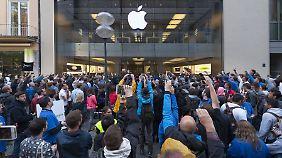 Über 100 Stunden in der Schlange: Fans stehen sich für iPhone 6 Beine in den Bauch