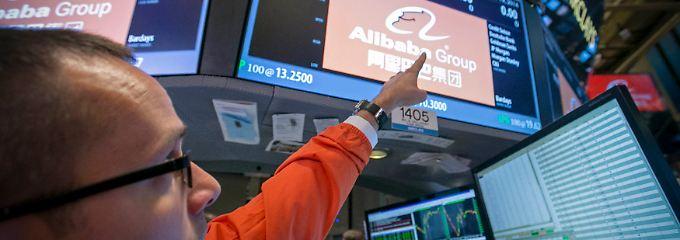 Ein Fingerzeig für den Fotografen: Stundenlang mussten Analysten und Händler nach Handelsstart auf den ersten offiziellen Nyse-Kurs der Alibaba-Aktie warten.