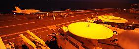 """Die Hornets F/A-18C starten vom Flugzeugträger """"USS George H.W. Bush"""" aus."""