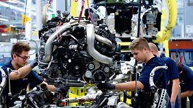Im Mercedes-Benz-Werk in Sindelfingen heben Arbeiter einen Motor der S-Klasse auf den Antriebsstrang: Zuletzt hat auch Daimler das Baukastenfieber gepackt. Foto: Sebastian Kahnert