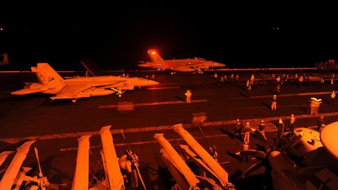 """Nachtstarts an Deck des Flugzeugträgers """"USS George H.W. Bush"""": Die Hauptlast des Angriffs tragen die Kampfhets vom Typ F-18 """"Super Hornet""""."""