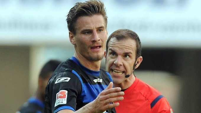 War kein Foul: Paderborns Stefan Kutschke hat's Schiedsrichter Marco Fritz gesagt. In dieser Szene allerdings ging es um etwas anderes.