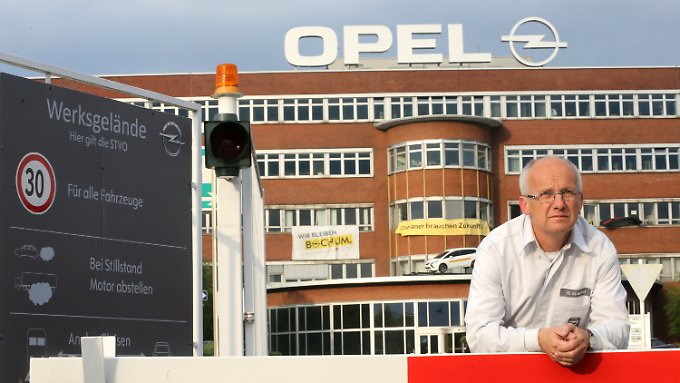 Rainer Einenkel, Betriebsratsvorsitzender im Bochumer Opel-Werk, an der Schranke von Tor 1.