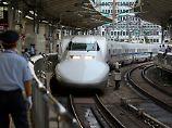 Bis zu 400.000 Pendler täglich nutzen die Hochgeschwindigkeitszüge, die nun schon seit 50 Jahren auf Japans Schienen unterwegs sind.