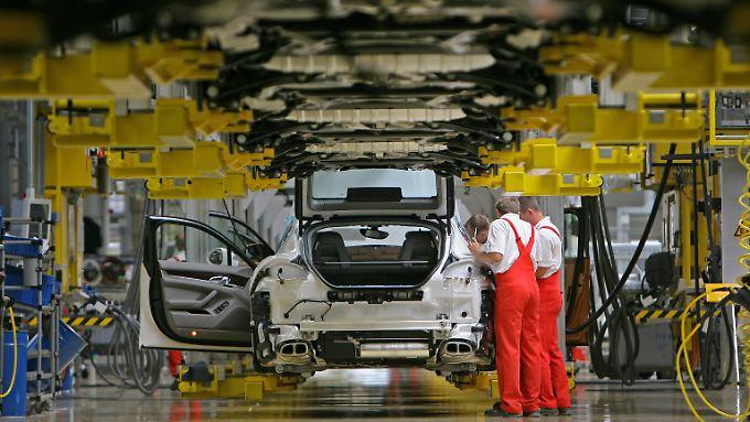 Die deutsche Industrie schrumpft erstmals seit einem Jahr. Unternehmen machen dafür unter anderem die Russland-Sanktionen verantwortlich.
