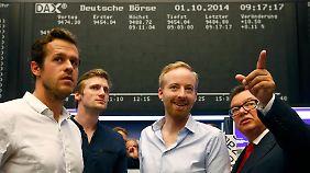 War das jetzt gut? In den Gesichtern des Zalando-Managements (David Schneider, Robert Gentz, Rubin Ritter (v.l.n.r)) zeigt sich auch Skepsis, während Deutsche-Börse-Chef Reto Francioni auf die Kurse zeigt.
