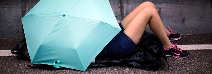 Mit Regenschirmen für freie Wahlen: Hongkonger belagern Regierungssitz
