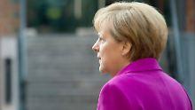 Merkel nimmt Ministerin von der Leyen in Schutz und bietet ihr an, die Krise gemeinsam zu lösen.