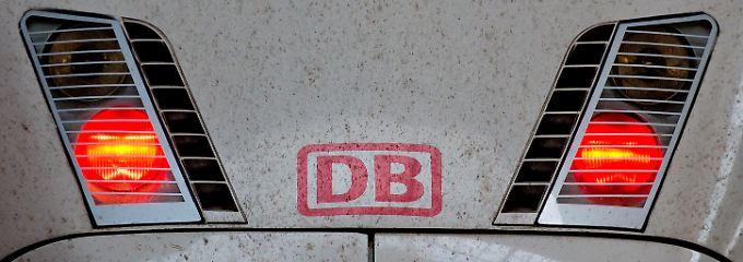 Rote Scheinwerfer eines ICE: Die Zeichen bei der Bahn stehen auf Streik.