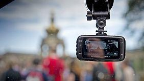 Dashcams sind nicht illegal. Man darf sie Aufnahmen aber nicht weitergeben oder verbreiten.