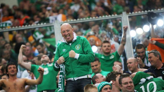 Ein Unentschieden gegen den Weltmeister: Die Fans der irischen Mannschaft feiern in der Arena auf Schalke den Ausgleich.