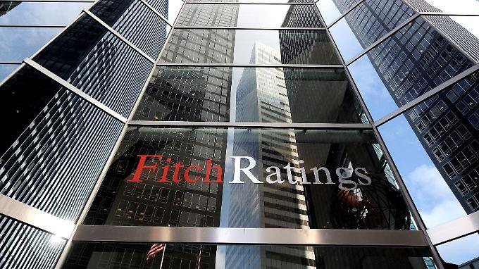 Die Ratingagentur Fitch zweifelt an der Machbarkeit der Haushaltspläne der japanischen Regierung.