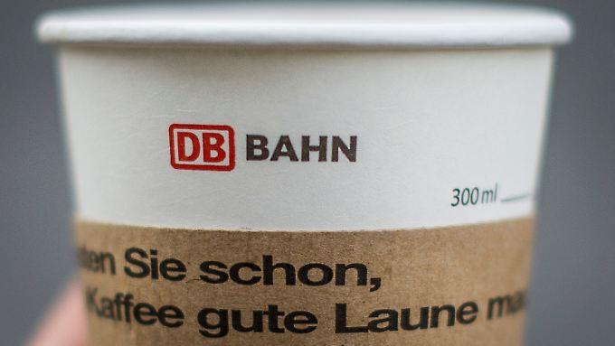 """Die Worte """"Wussten Sie schon, dass Kaffee gute Laune macht"""" stehen auf einem Gratis-Kaffeebecher, die die Deutsche Bahn während des Lokführerstreiks verteilt."""