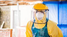 Ein Helfer in einem Ebola-Zentrum in Freetown in Sierra Leone.