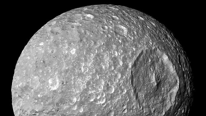 Mimas hat einen Durchmesser von 400 Kilometern und ist der innerste der Saturnmonde.