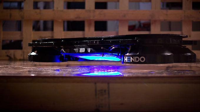Das Hendo Hoverboard schwebt auch ohne blaues Licht - es sieht aber gut aus.
