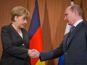 Bundeskanzlerin Merkel und Putin im Juni in Frankreich: Die Bundesregierung sieht derzeit keine Grundlage dafür, die EU-Sanktionen gegen Russland auszusetzen.