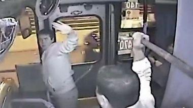 Missglückter Handtaschen-Klau: Busfahrer verprügelt Dieb während der Fahrt